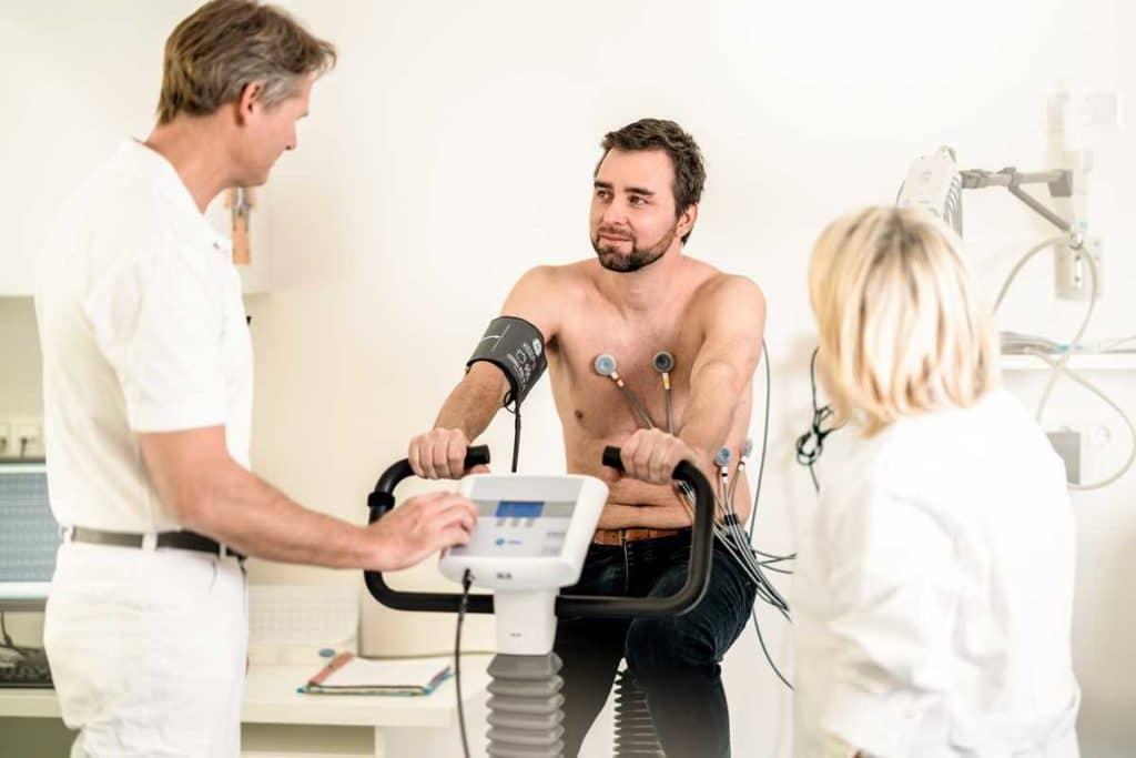 Klinik mit EKG und moderner Ausstattung